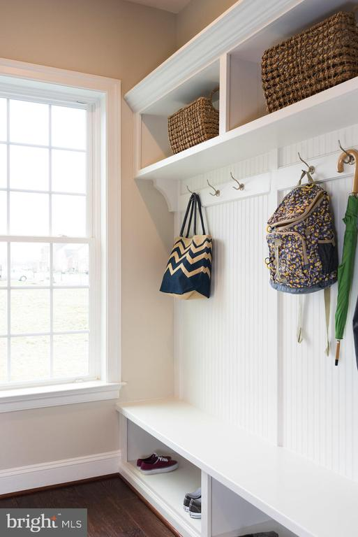 The mudroom has built-in cubbies... - 25748 RACING SUN DR, ALDIE