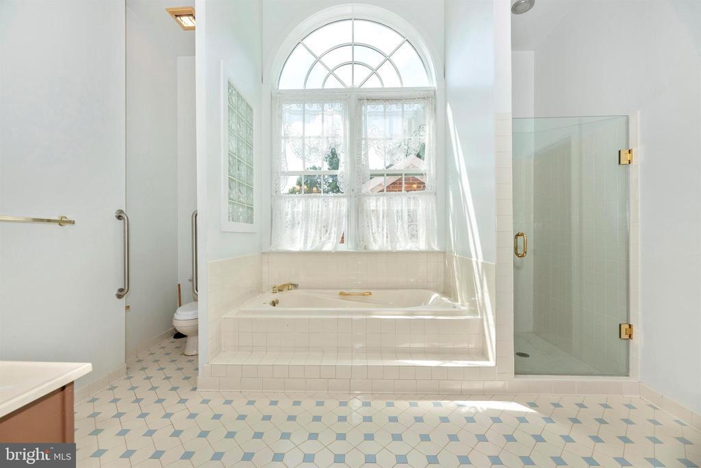 Ample dual vanity master bath overlooking patio. - 7030 DRUMMINE RD, MOUNT AIRY