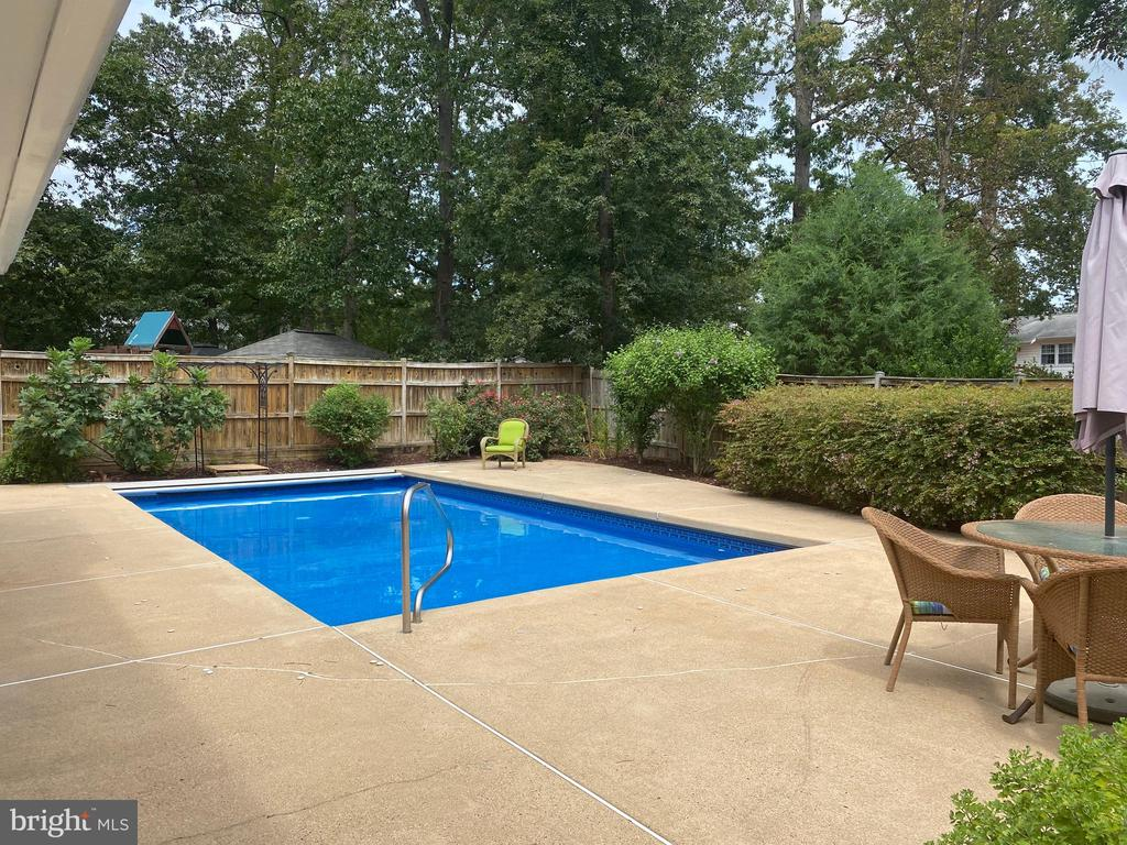 Lot of fenced-in deck space - 8333 BLOWING ROCK RD, ALEXANDRIA