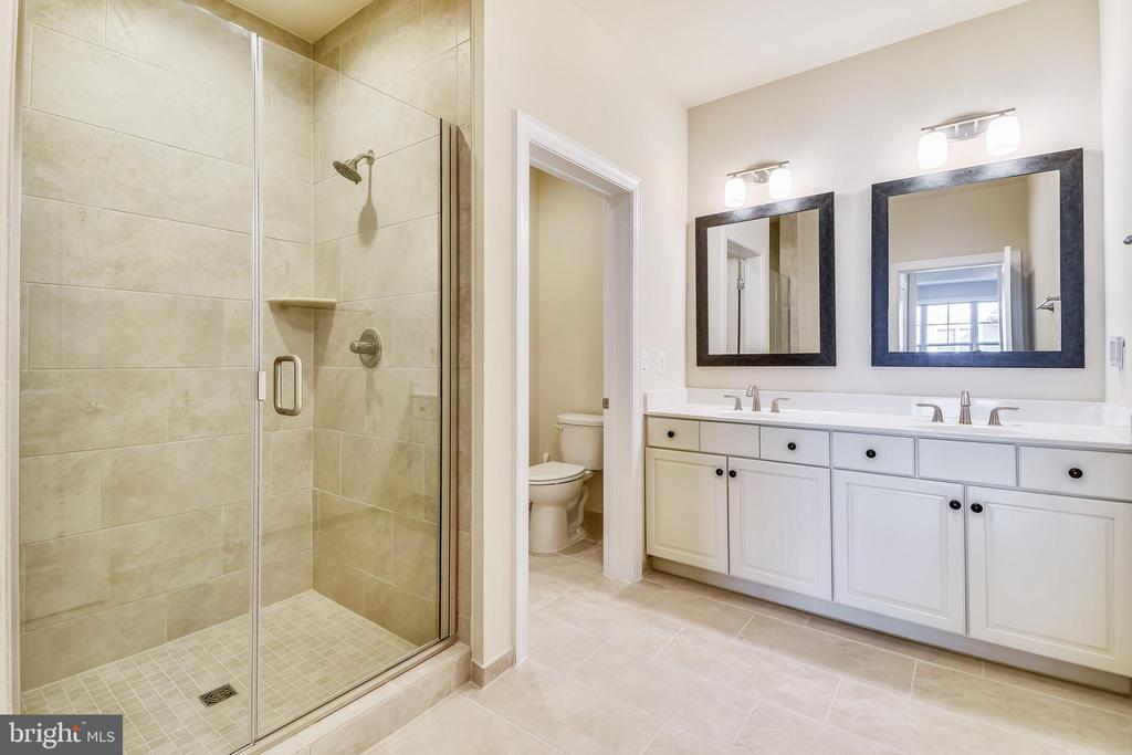Large step-in tiled shower and double bowl vanity. - 19433 SASSAFRAS RIDGE TER, LEESBURG