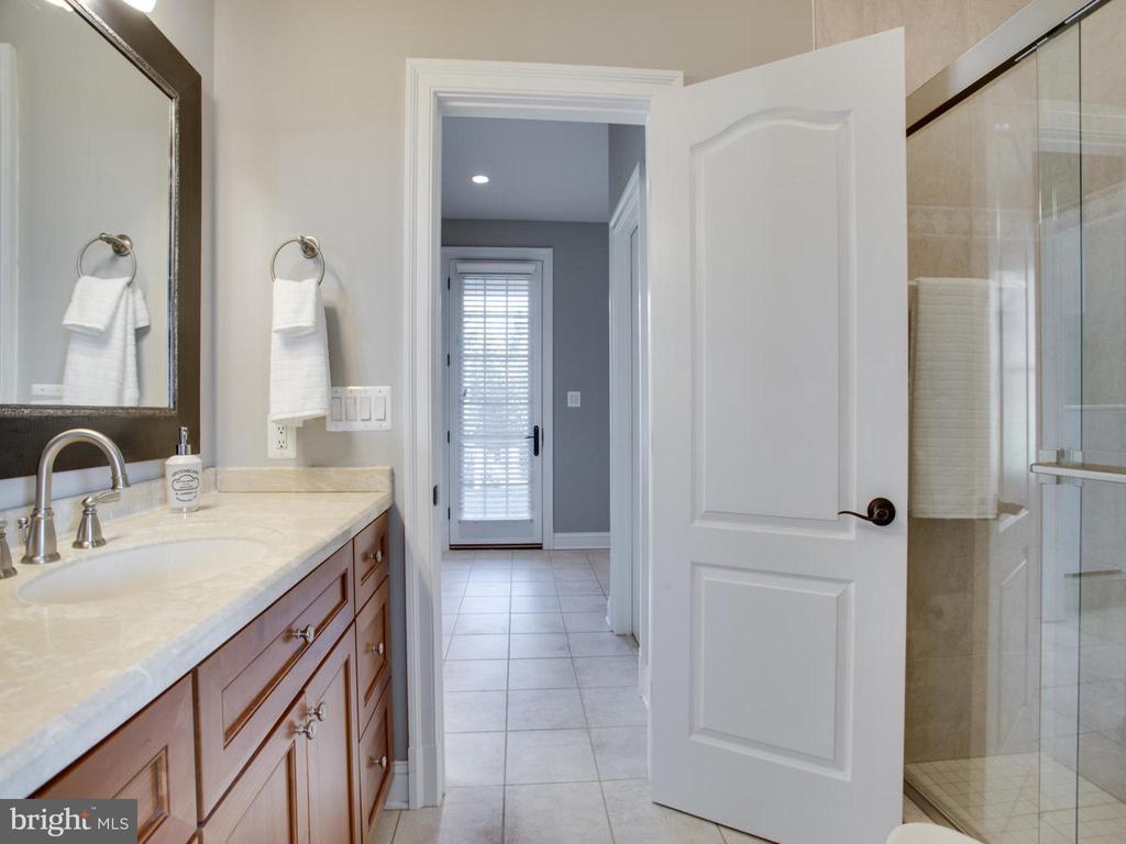Shared Bathroom Between Bedrooms - 658 ROCK COVE LN, SEVERNA PARK