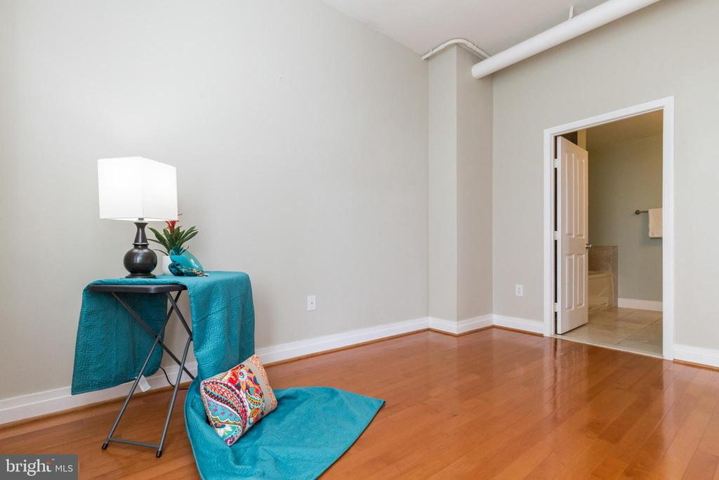 Main bedroom -  private bath + walk-in closet - 1201 N GARFIELD ST #316, ARLINGTON