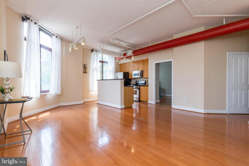 Plenty of room for a sofa, chairs,  & dining table - 1201 N GARFIELD ST #316, ARLINGTON
