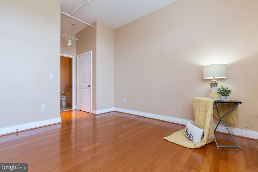 This bedroom has access to a dual entry bathroom - 1201 N GARFIELD ST #316, ARLINGTON