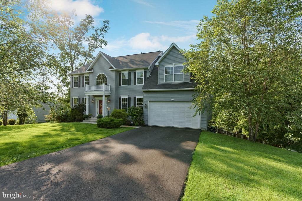 Level drive, 2 car garage w/built in work bench - 12 BLOSSOM TREE CT, STAFFORD