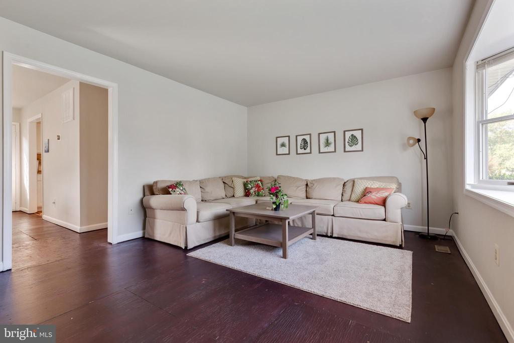 Fabulous living room area - 701-B WIRT ST SW, LEESBURG
