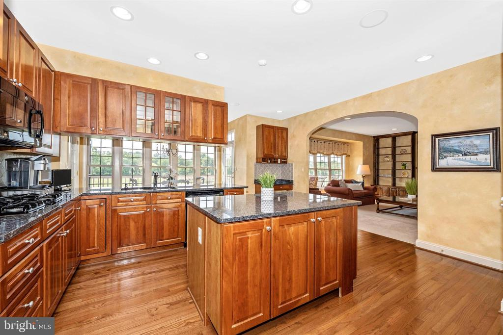 Eat in kitchen area plus family room off the side - 31 BATTERY RIDGE DR, GETTYSBURG