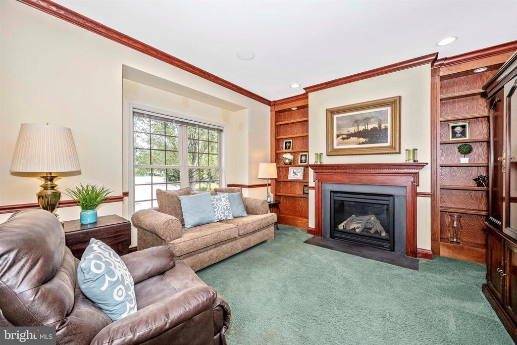 Comfortable den with gas fireplace - 31 BATTERY RIDGE DR, GETTYSBURG