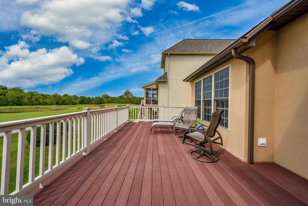Gorgeous decking to sit and watch or just relax - 31 BATTERY RIDGE DR, GETTYSBURG