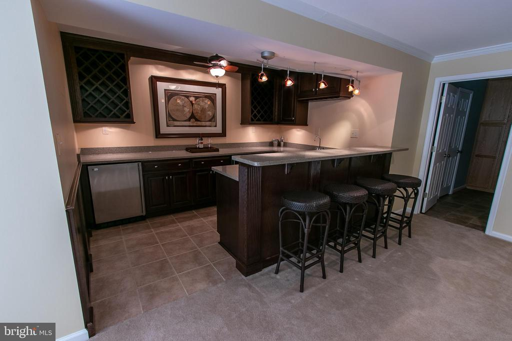 Stunning custom wet bar! - 18728 POTOMAC STATION DR, LEESBURG