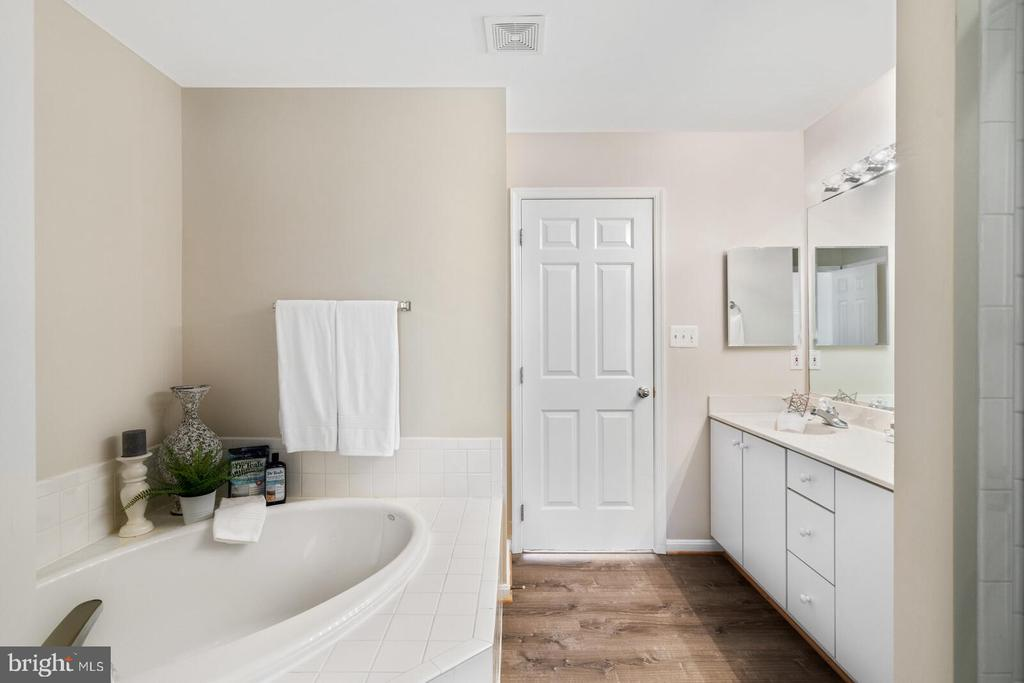 Oversized corner soaking tub - 25495 GOVER DR, CHANTILLY