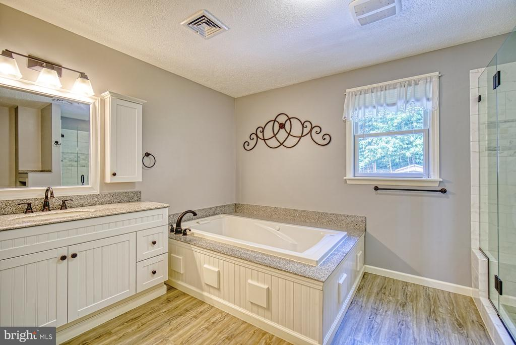 En-suite Bath - Granite Counters, Large Jetted Tub - 12637 MOUNTAIN RD, LOVETTSVILLE