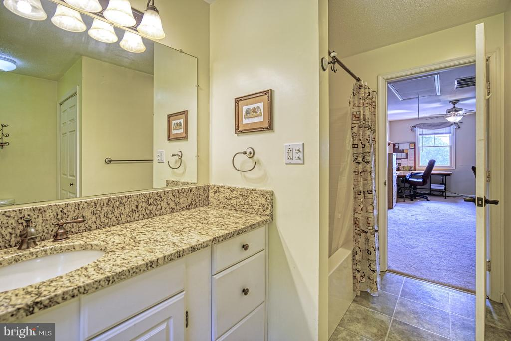 Upper Level - Full Bath w Granite Countertop - 12637 MOUNTAIN RD, LOVETTSVILLE