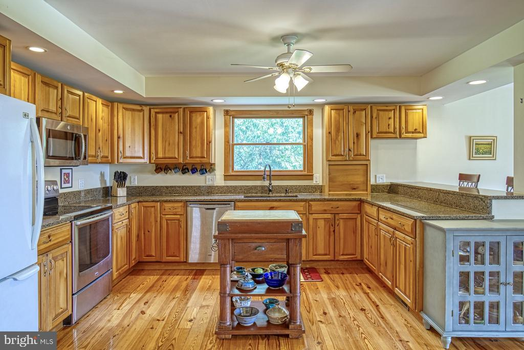 Kitchen has Granite Countertops - 12637 MOUNTAIN RD, LOVETTSVILLE