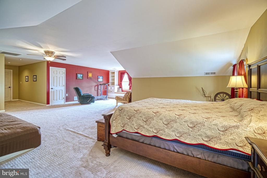 Owner's Suite with dual Walk-in Closets - 12637 MOUNTAIN RD, LOVETTSVILLE