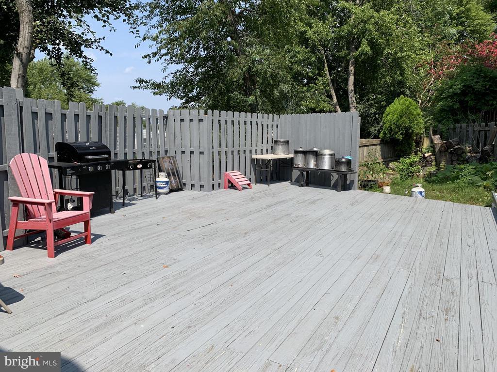 Fenced Back Yard with huge Deck - 9218 LANDGREEN ST, MANASSAS