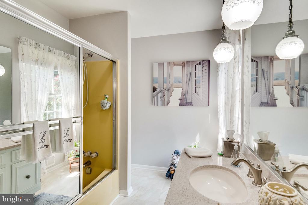 Main level full hall bath - alternate view - 6906 TOKEN VALLEY RD, MANASSAS