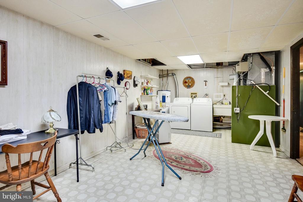 Huge laundry / utility room - 6906 TOKEN VALLEY RD, MANASSAS