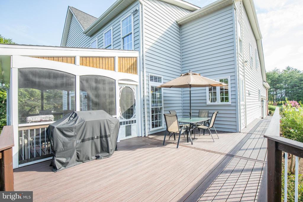 Enjoy the new large Trex deck - 42294 IRON BIT PL, CHANTILLY