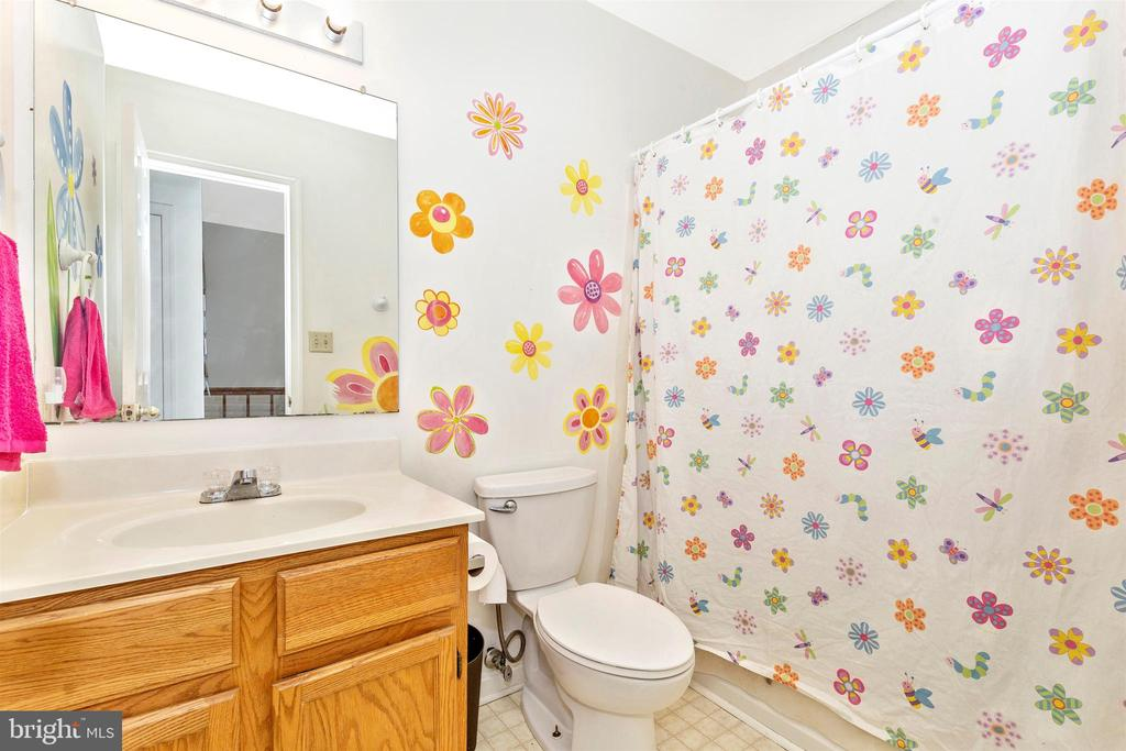 Upper Level Hall Bathroom - 7 WINDWARD CT, THURMONT