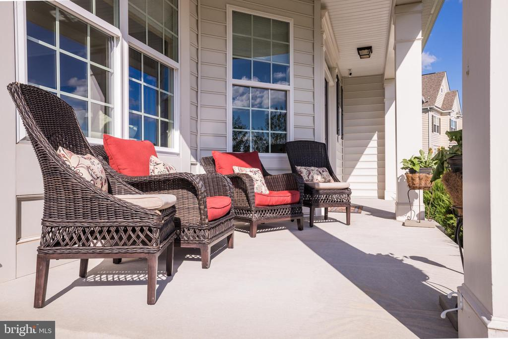 Covered front porch perfect for watching sunsets - 43264 HEAVENLY CIR, LEESBURG