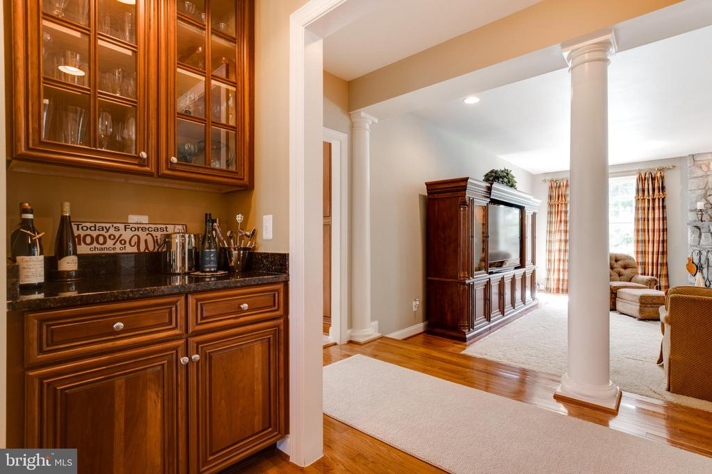 Butlers pantry with granite counters - 17765 BRAEMAR, LEESBURG