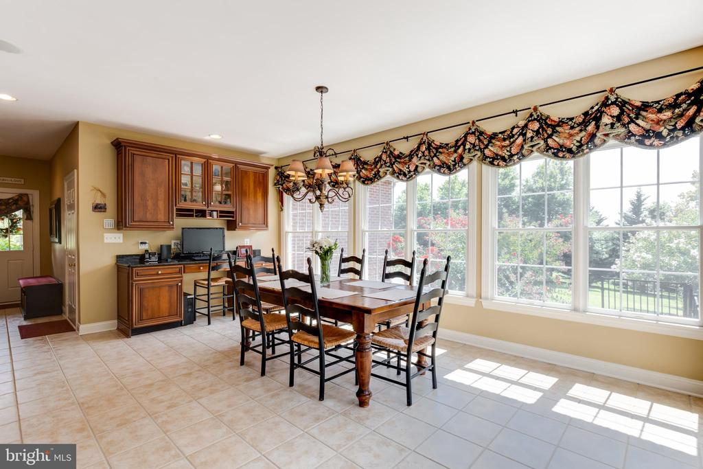 Kitchen table space with stunning views - 17765 BRAEMAR, LEESBURG