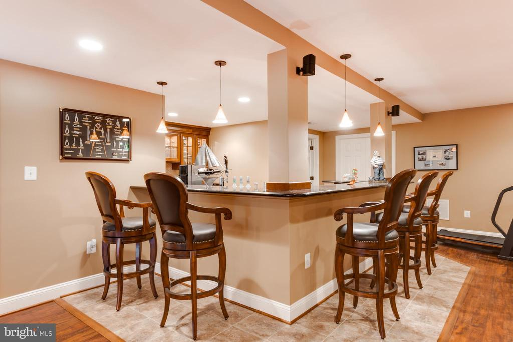 Wet bar for entertaining - 17765 BRAEMAR, LEESBURG