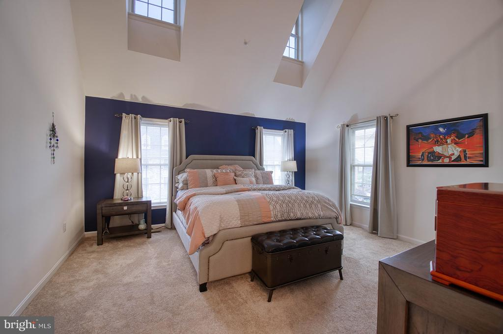 2nd Floor Master Bedroom with Vaulted Ceiling - 2406 RIPPLING BROOK RD, FREDERICK