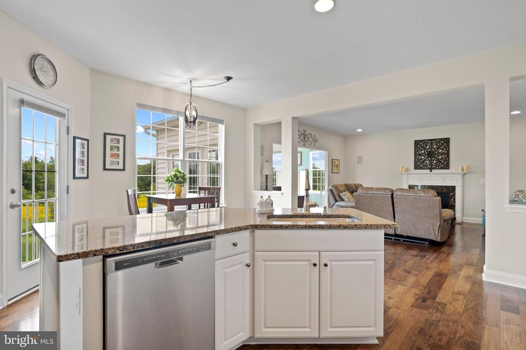Kitchen opens to the family room for gatherings - 43264 HEAVENLY CIR, LEESBURG