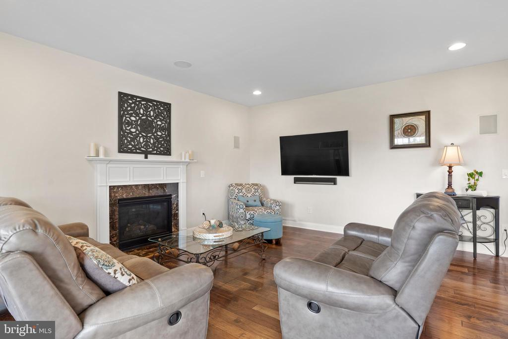 Family room with gas fireplace and mantel - 43264 HEAVENLY CIR, LEESBURG