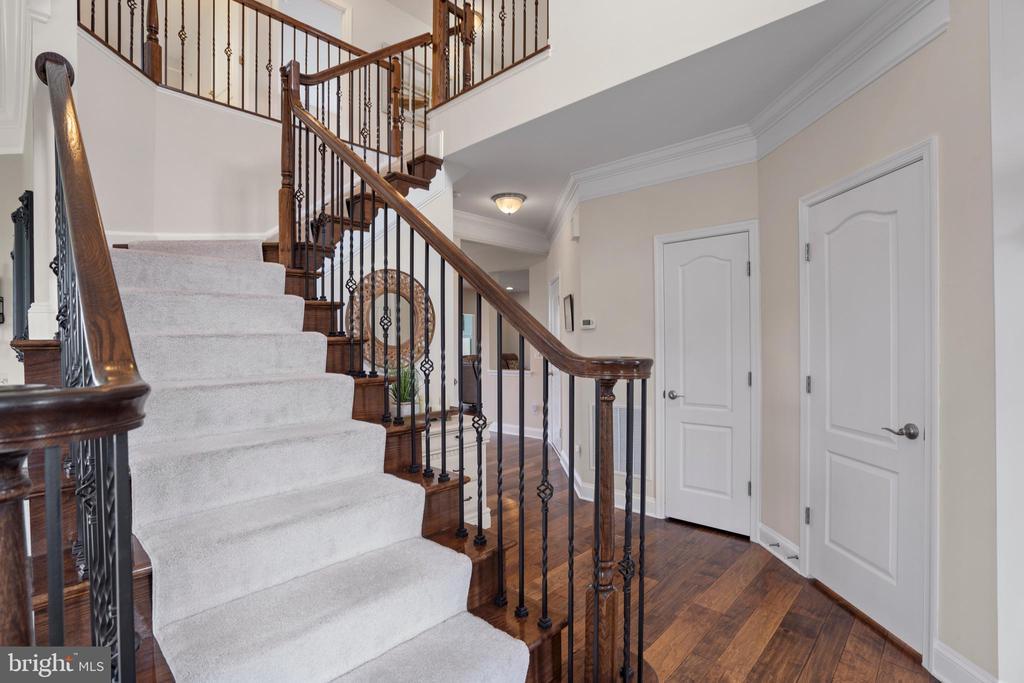 Black Iron Stair rail and hardwood risers - 43264 HEAVENLY CIR, LEESBURG