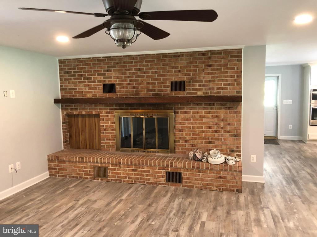Gas fireplace in great room - 8 WOODROW DR, STAFFORD