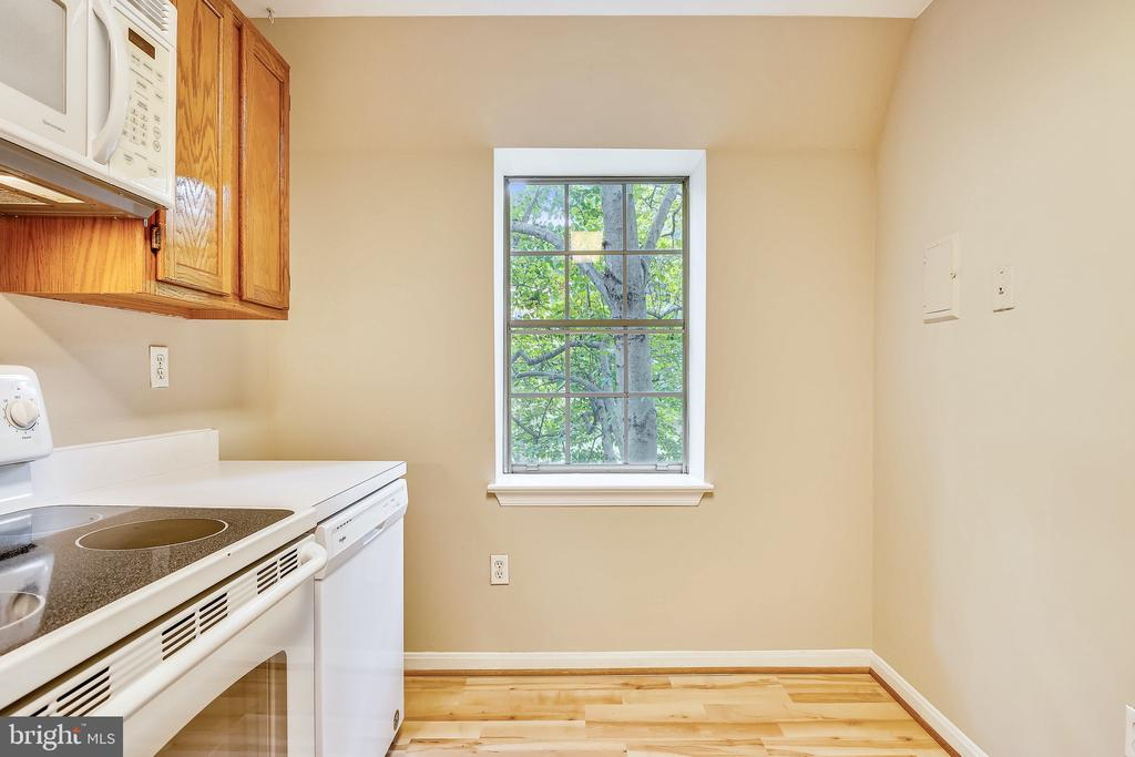 One of the larger kitchens in Colonial Village! - 2007 KEY BLVD #12592, ARLINGTON