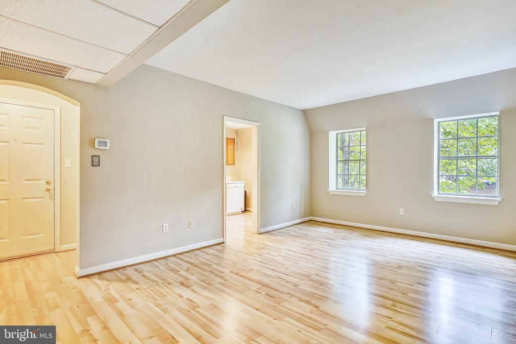 Freshly painted, this bright beautiful  space! - 2007 KEY BLVD #12592, ARLINGTON