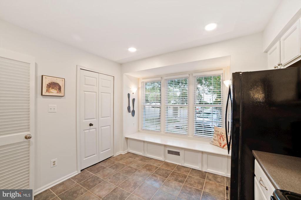 Kitchen - Charming Bench Seating w/ Storage Below! - 8486 SPRINGFIELD OAKS DR, SPRINGFIELD