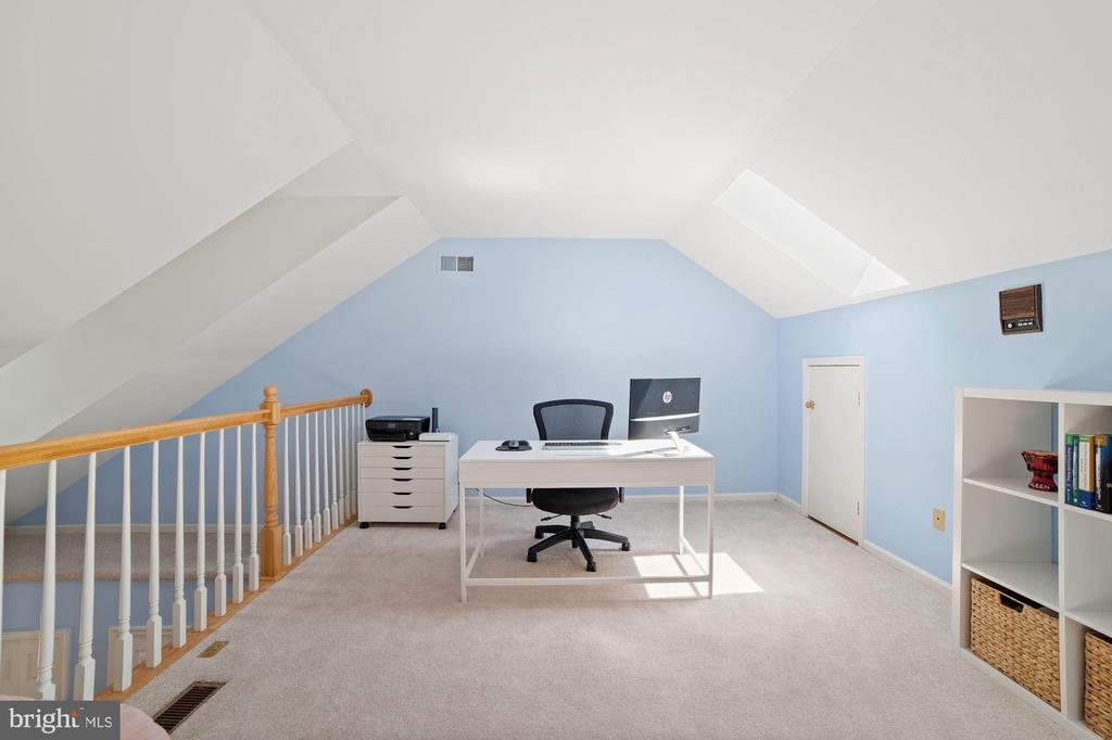 Loft - Use as a Designated Home Office! - 8486 SPRINGFIELD OAKS DR, SPRINGFIELD