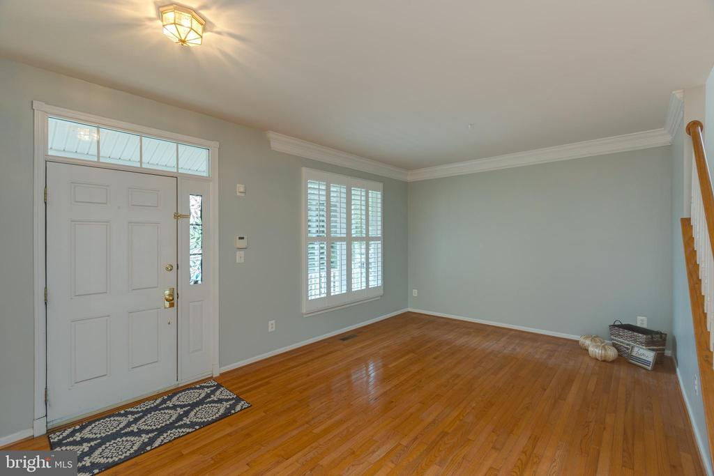 Open Foyer with enough room for bench! - 43058 BARONS ST, CHANTILLY