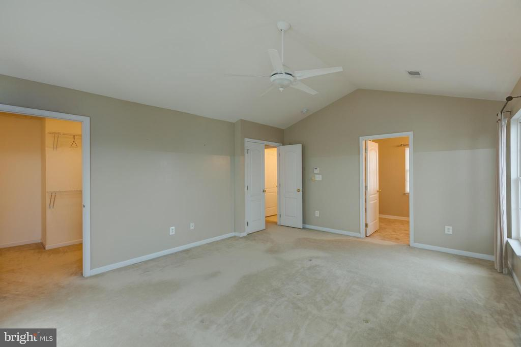 Spacious owners suite with cathedral ceilings! - 43058 BARONS ST, CHANTILLY