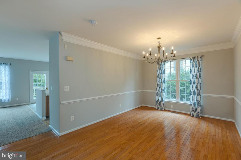 Large dining room for gatherings! - 43058 BARONS ST, CHANTILLY