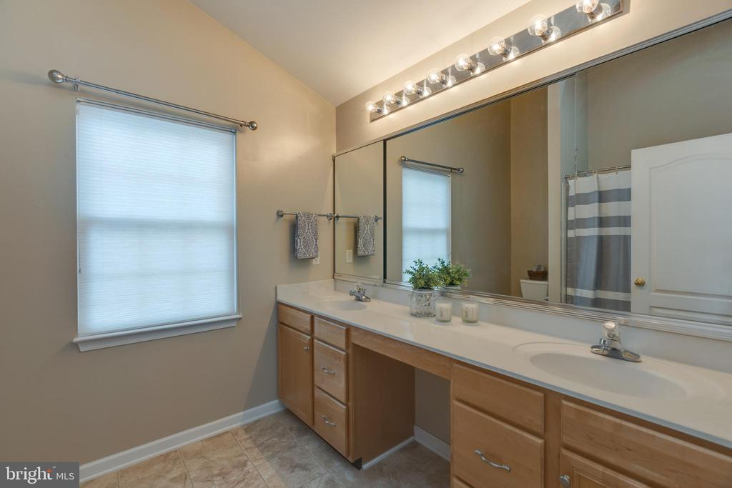 Owners attached bath with dual vanities! - 43058 BARONS ST, CHANTILLY
