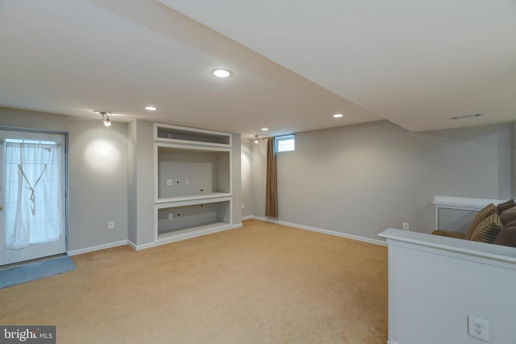 Beautiful built in media center! - 43058 BARONS ST, CHANTILLY
