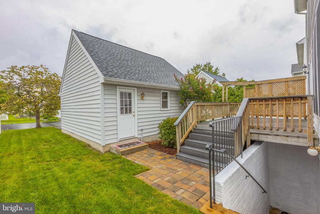 Side yard ideal for some outdoor fun! - 43058 BARONS ST, CHANTILLY