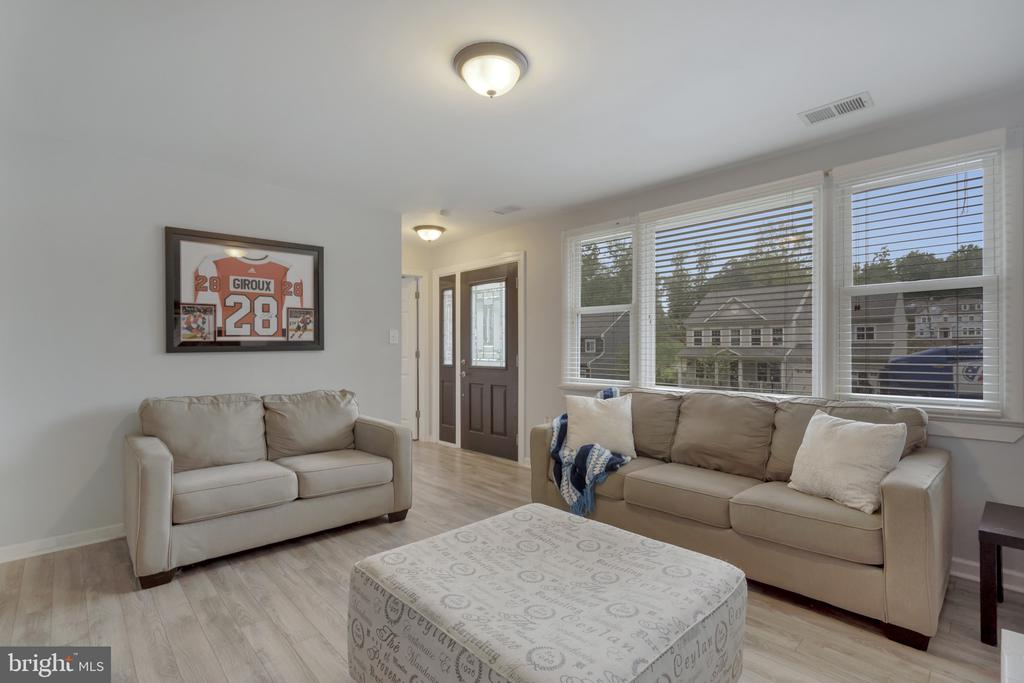 Lots of natural light - 19133 WINDSOR RD, TRIANGLE