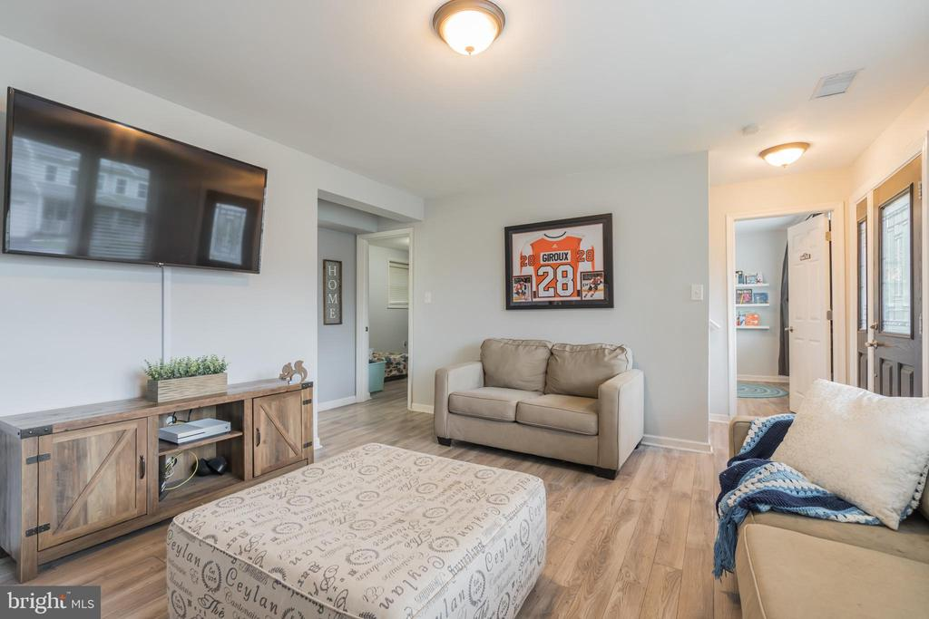 Enter the lower level into the family room - 19133 WINDSOR RD, TRIANGLE
