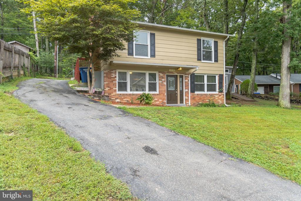 Large driveway for parking - 19133 WINDSOR RD, TRIANGLE