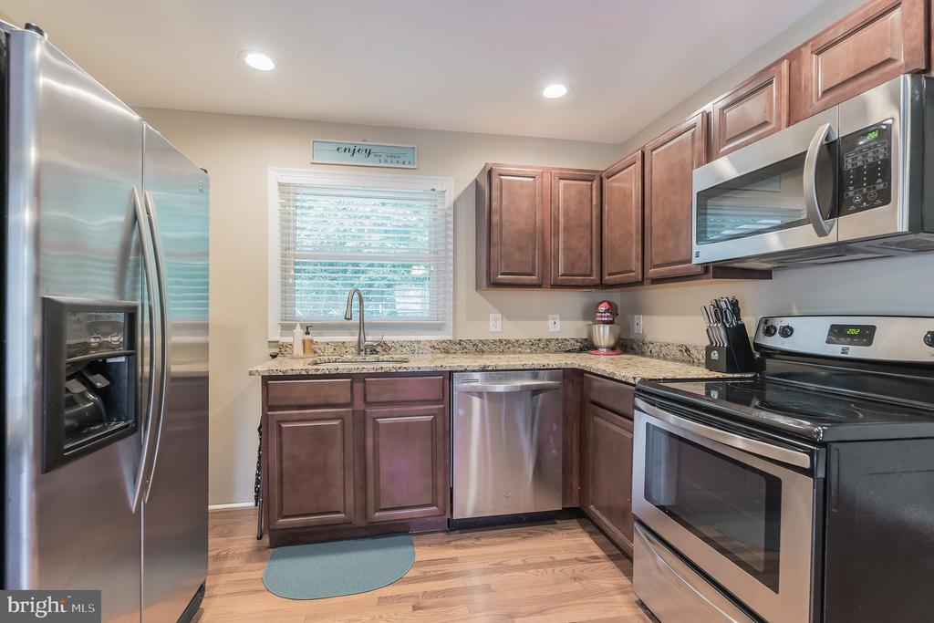Beautiful stainless steel appliances in kitchen - 19133 WINDSOR RD, TRIANGLE