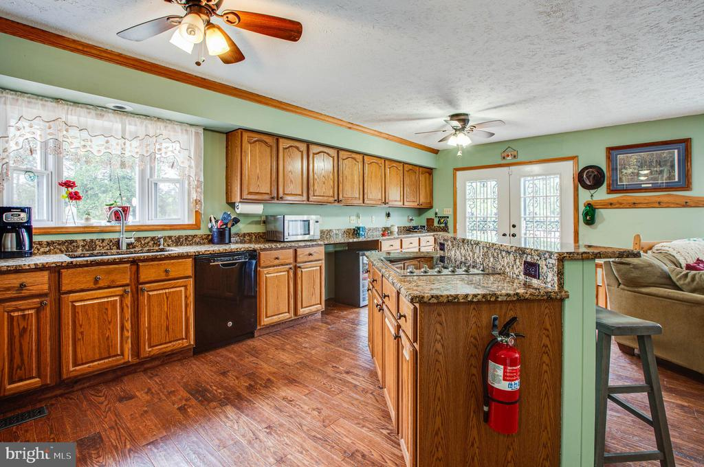 Kitchen w/ plenty of countertop and cabinet space - 1546 W OLD MOUNTAIN RD, LOUISA