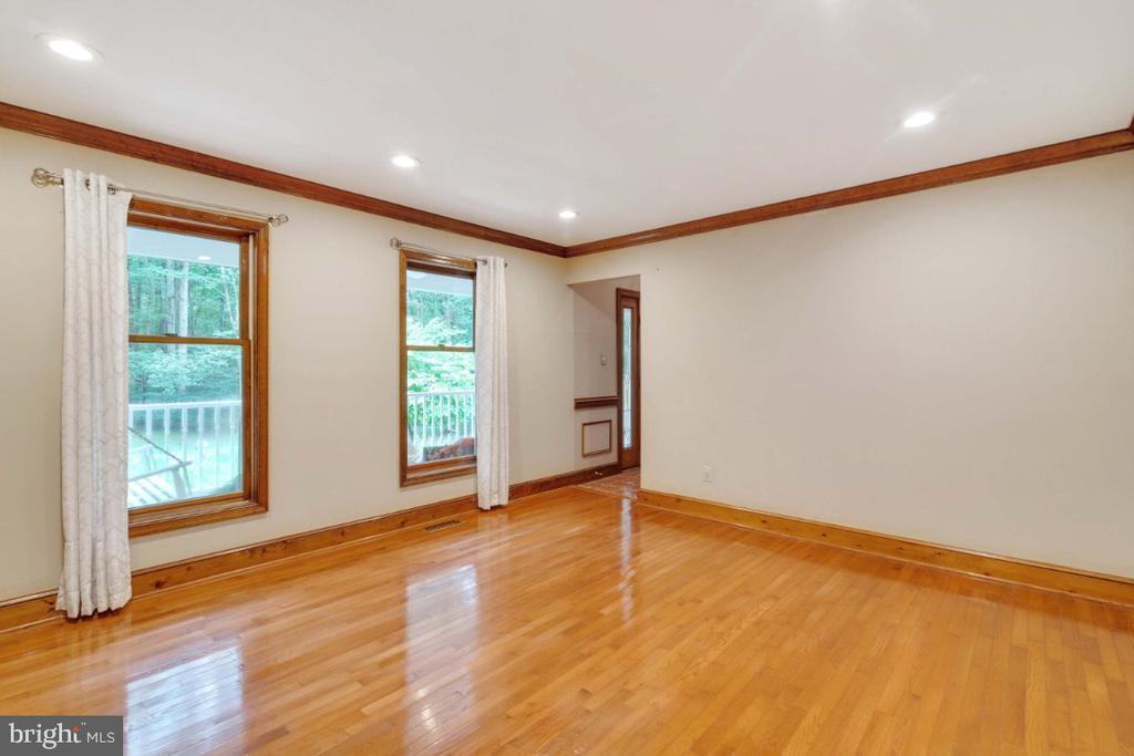 Lots of natural light  into living room - 13613 BETHEL RD, MANASSAS