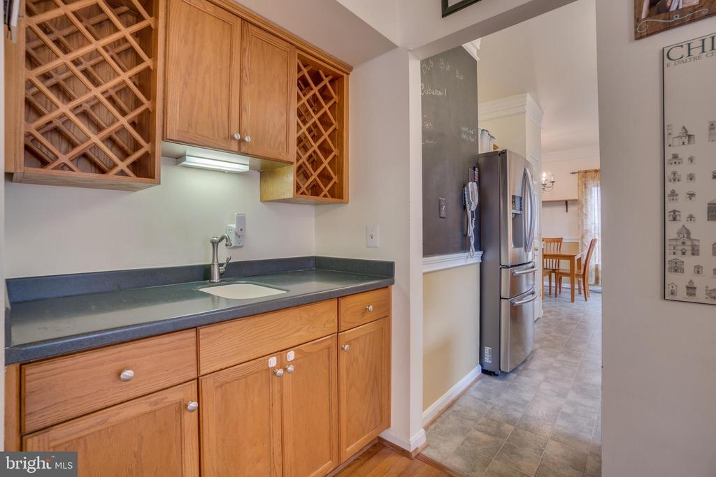 Butlers pantry w/ wet bar.  Perfect for parties - 5502 VILLAGE CENTER DR, CENTREVILLE
